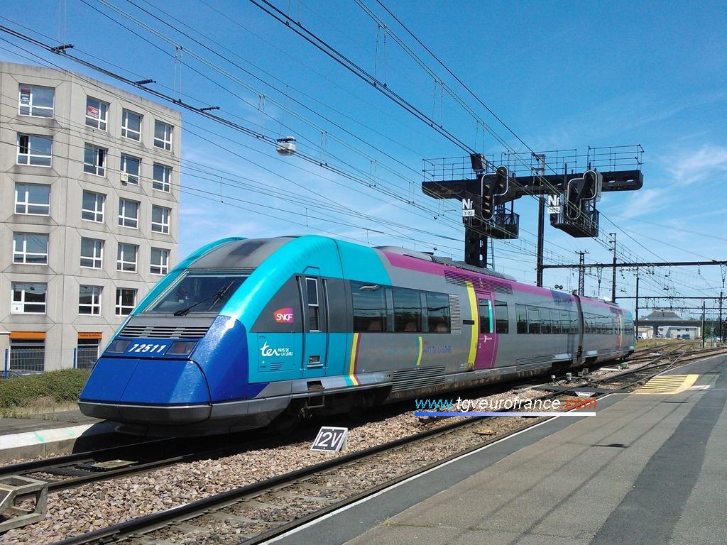 L'autorail XTER X72511-X72512 TER SNCF de la Région Pays de la Loire quittant la gare de Saint-Pierre-des-Corps (Indre-et-Loire)