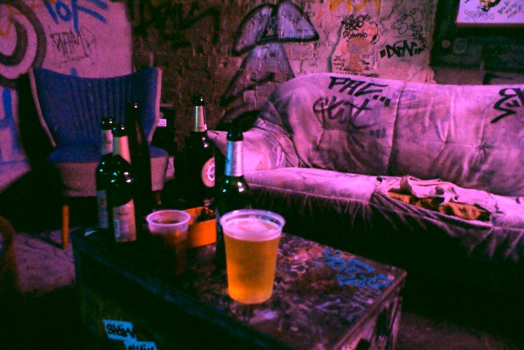 Sortir à Berlin et boire une bière sur un canapé complètement défoncé.