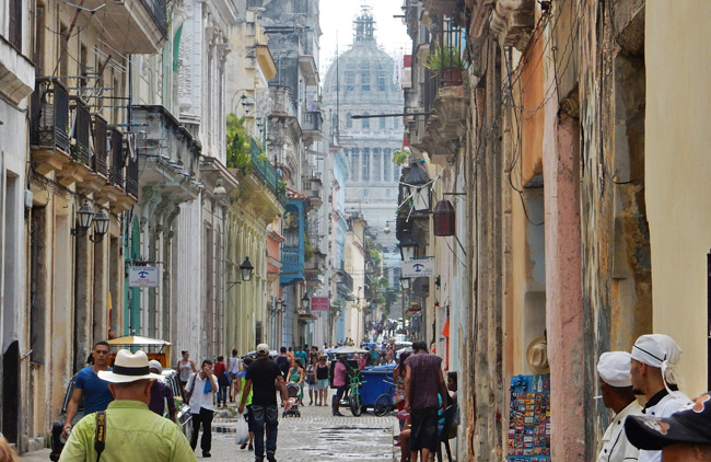 havana-capitol-busy-street