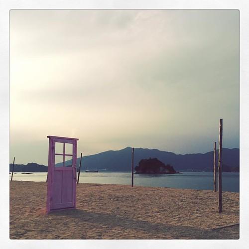 「どこでもドア」 遠くへ行きたい。 #どこでもドア #因島 #尾道 #海 #ビーチ #砂浜 #夕暮れ #しまなみ