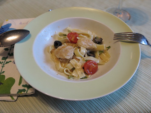 Seeteufelbäckchen in einer Soße mit Oliven und Tomaten auf Bandnudeln (3. Teller)