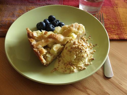 Apfelkuchen (von Coppenrath) mit Vanilleeis, Haselnüssen und Heidelbeeren