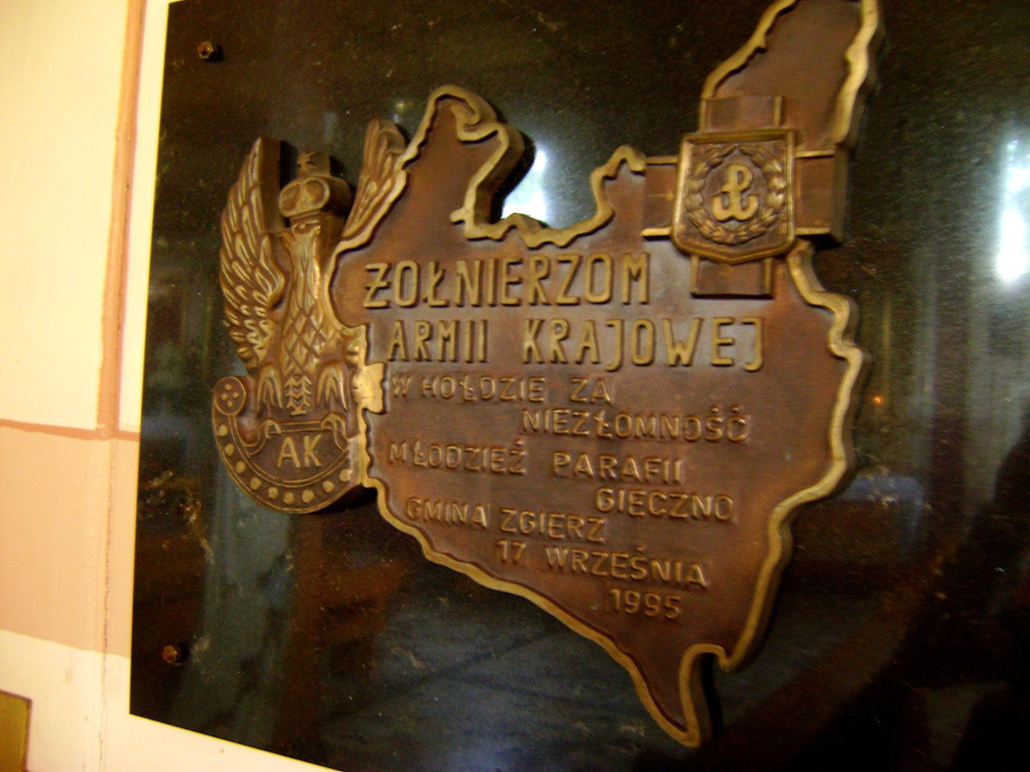 pamiątkowa tablica w kościele
