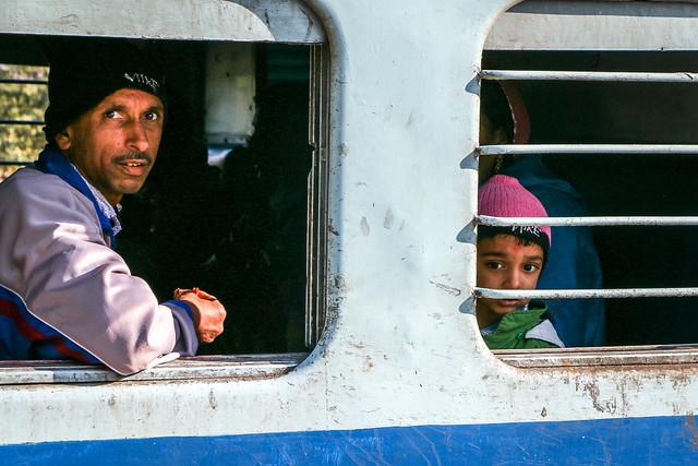 Passengers at a station on the way to Jaisalmer, India ジャイサルメール行きの列車の途中駅でにて