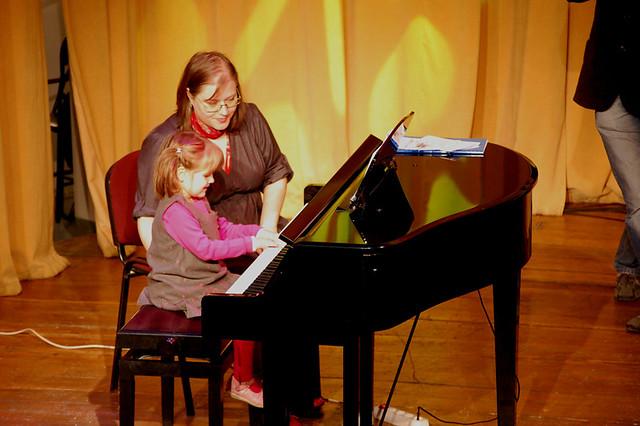 """""""Povesti muzicale la pian pentru oameni mici si mari"""" ed. a 3-a, 12 decembrie 2009"""