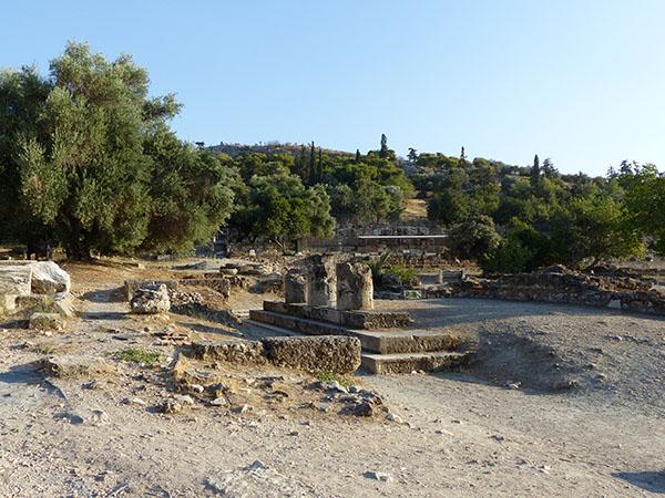 """trois colonnes à l""""Agora Antique"""