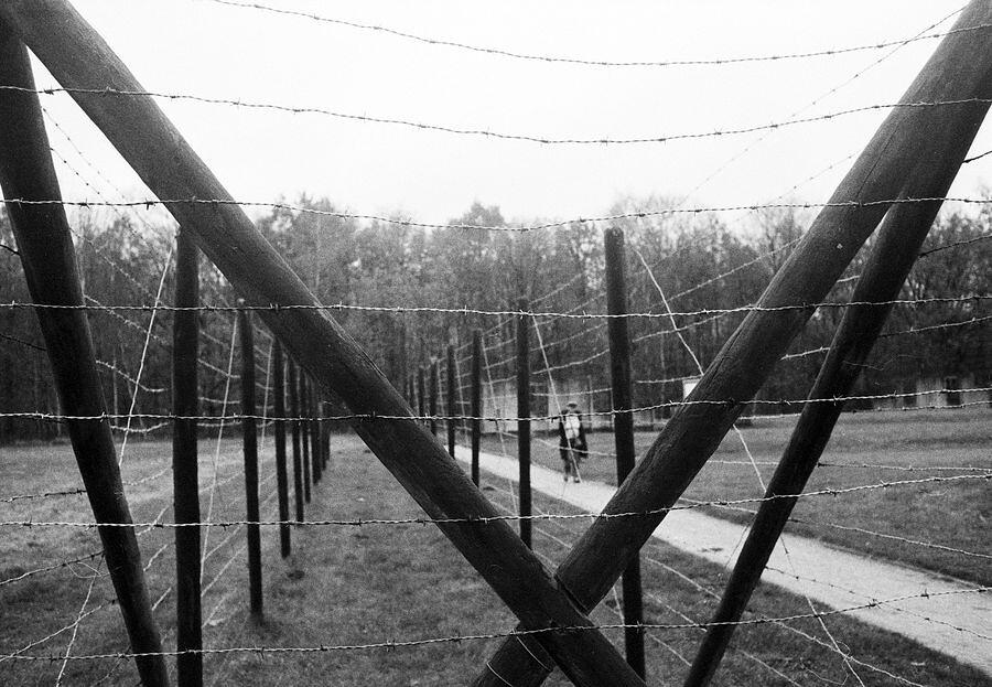 Doorvoerkamp Westerbork - Pentax ME super met Ilford FP4+