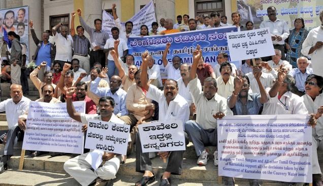 तमिलनाडु को कावेरी का जल दिये जाने पर प्रदर्शन करते कर्नाटक के लोग