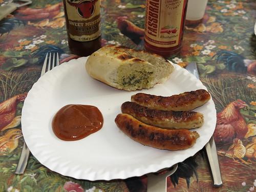 Kleine Bratwürstchen mit Sweet Mustard BBQ Sauce und Kräuterbaguette