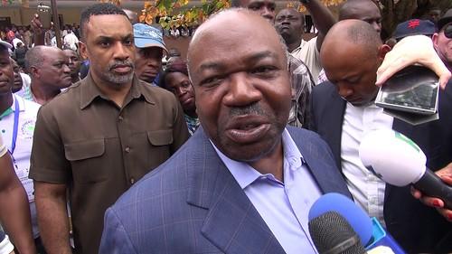 Ali BONGO répondant aux questions des journalistes à la sortie du bureau de vote 1