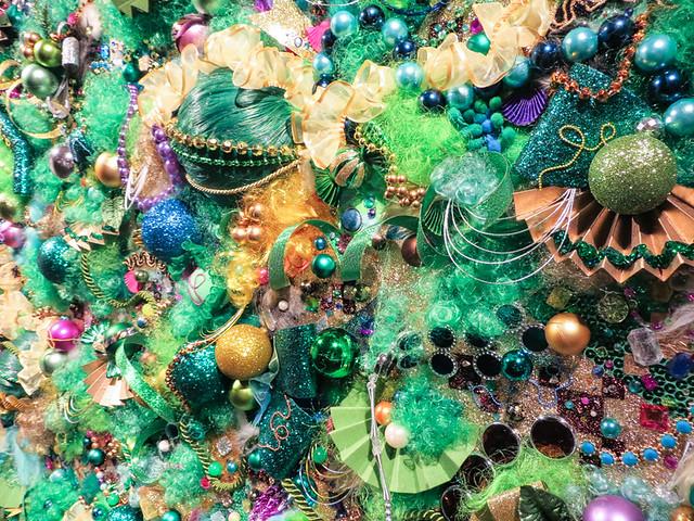 増田セバスチャン《Colorful Rebellion-Japanesque-#2》2015 「色彩による反抗」をテーマに、世界中で集めたカラフルなアクセサリーなどを、コラージュのように貼り付けていく半立体的な作品。「和」をテーマにした本作は、増田には珍しく緑がベースカラーだが、補色の赤紫がアクセントカラーであるため、効果的な配色になっている。