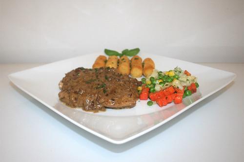 39 - Onion cream escalope with balsamico - Side view / Zwiebel-Sahne-Schnitzel mit Balsamico - Seitenansicht