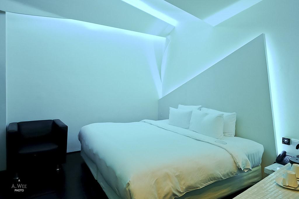 Mono cyan room