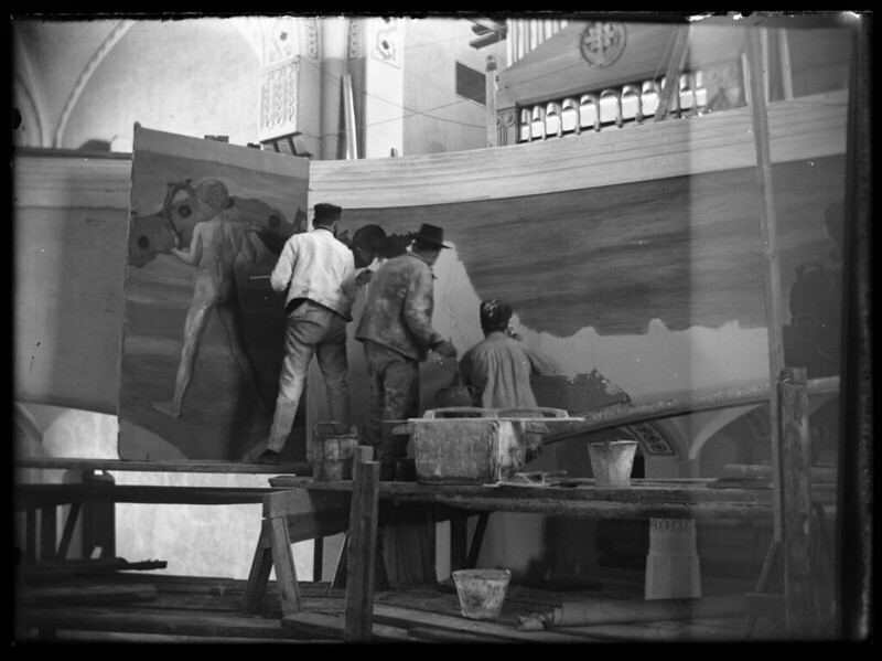Hugo Simberg, on the left, painting mural, 1905.jpg