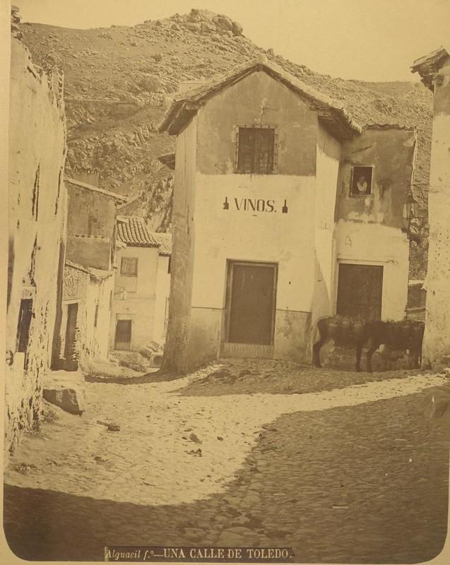 Entorno de la Plaza de los Tintes hacia 1875. Casa de la galera. Fotografía de Casiano Alguacil © Museo del Traje. Centro de Investigación del Patrimonio Etnológico. Ministerio de Educación, Cultura y Deporte