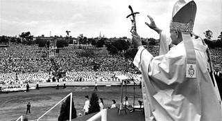 Le pape Jean-Paul II devant la foule du parc Jarry à Montréal, 1984