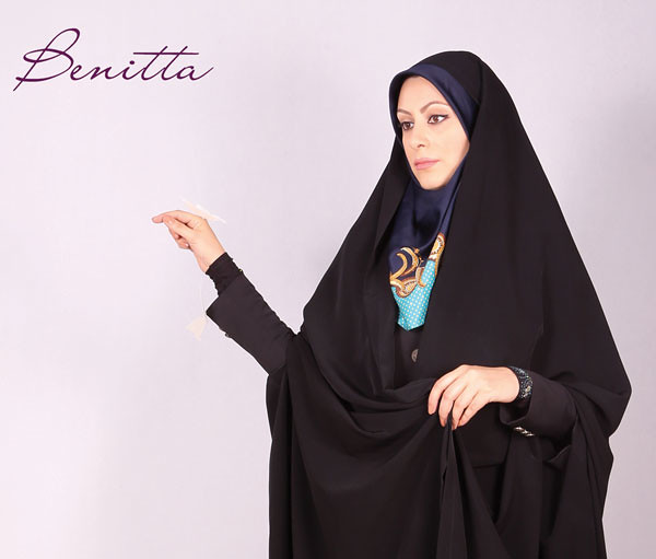 Bonitta Chador Series イランではイスラム教が国教となっているため、イラン国内で暮す/過ごす全ての人々(異教徒、観光客も含まれる)に公共の場では、イスラムの教えを守り尊重する事が求められています。公共の場におけるイスラムの教えのうち政府が重視しているのがファッションです。服装や髪型、メイクなどが乱れると結果として国民のイスラムに対する尊厳が薄れていくという考えです。ですから政府は、女性の服装に留まらず男性の服装や髪型に関しても国が求める理想像を国民に示しています。