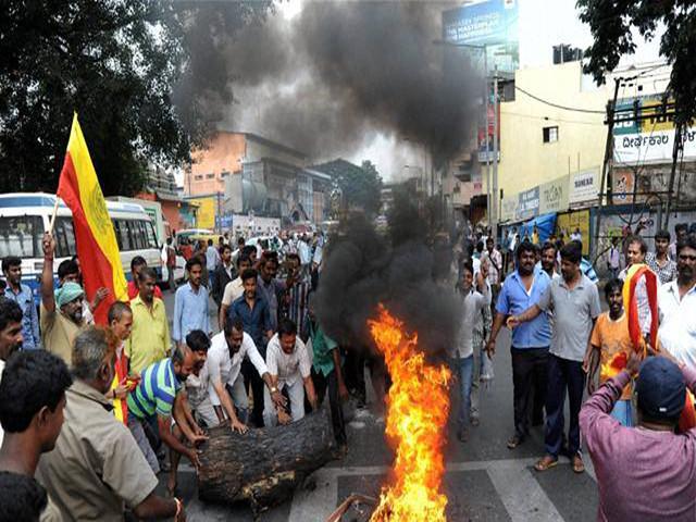 सुप्रिम कोर्ट का फैसला आने के बाद प्रदर्शन करते कर्नाटक के लोग
