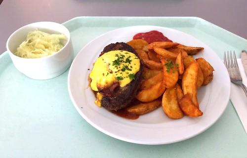 Salisbury steak with BBQ sauce & potato wedges / Rinderhacksteak mit BBQ-Sauce & Country Potatoes