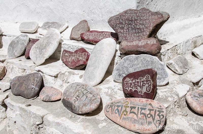 valle del indo piedras con mantras budistas