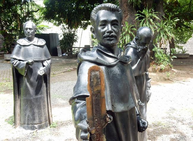 statues-fort-santiago