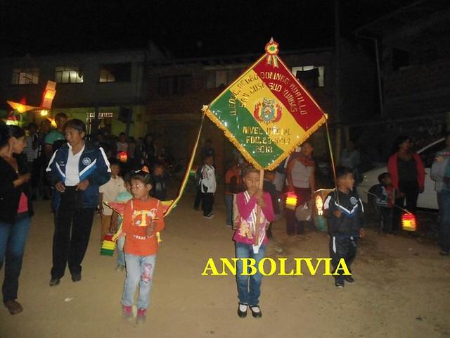 EL DESFILE DE FAROLES EN LA COMUNIDAD DE LA ASUNTA BOLIVIA POR 191 AÑOS DE BOLIVIA