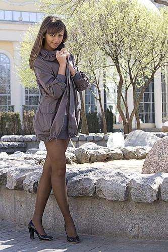 фото девушек в юбках и колготках на остановках