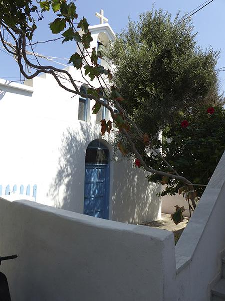 église, porte bleue et olivier