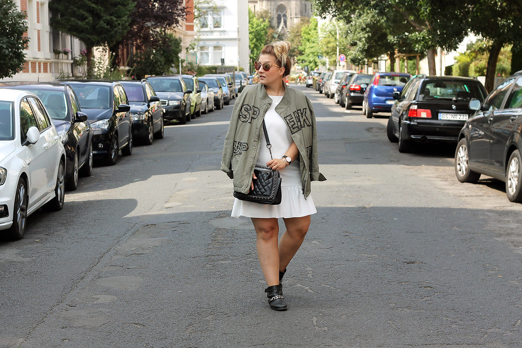 outfit-zara-jacke-military-trend-sommer-look-fashionblog-modeblog-kleid-weiß-boots4
