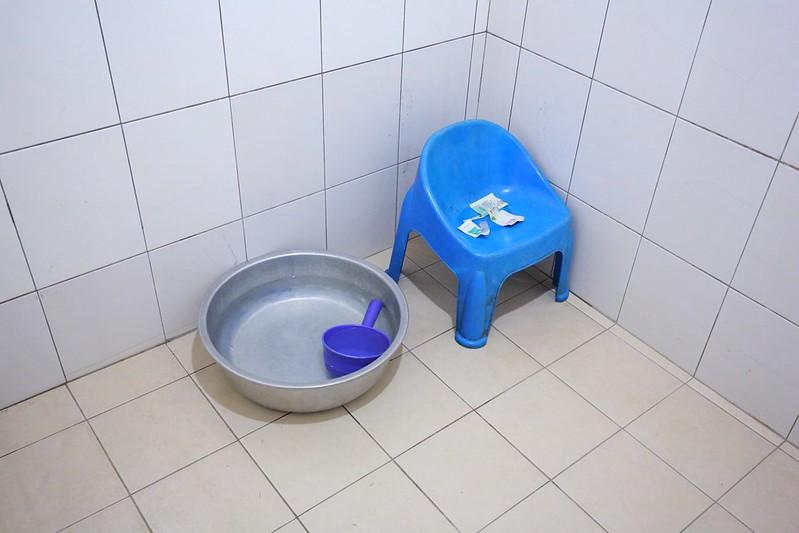 浴室裡有小椅子和水盆
