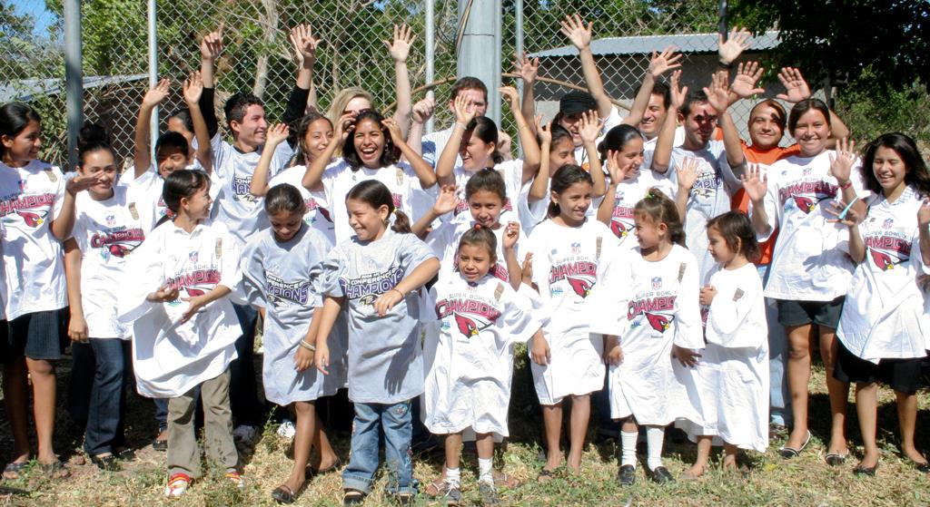"""小朋友們開心穿著尺寸明顯不合的「總亞軍T恤」合照。(圖片來源:<a href=""""http://blog.worldvision.org/partnerships/100000-reasons-to-love-the-super-bowl"""">World Vision Blog</a>)"""