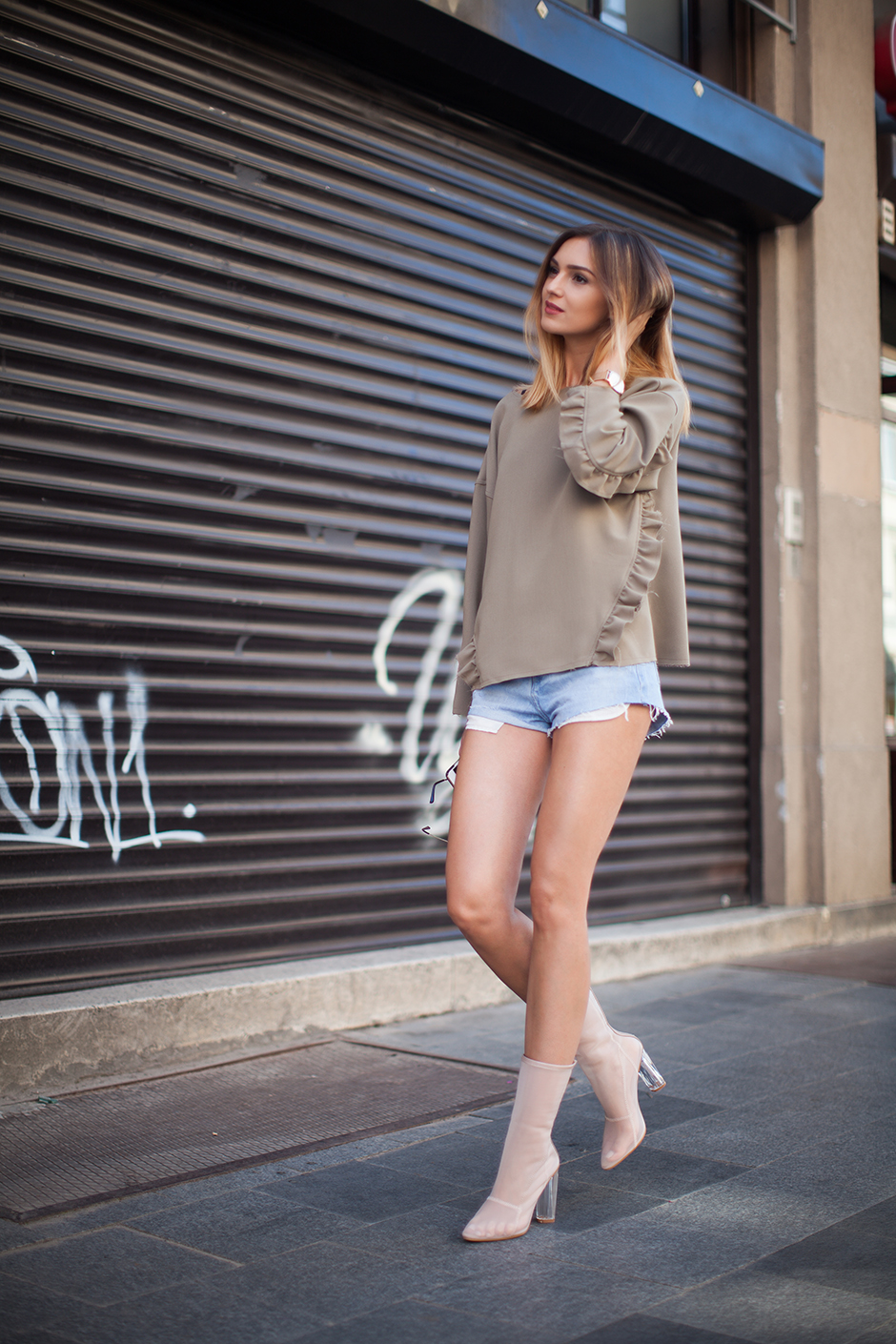 fashion-blog-denim-shorts-khaki-sweatshirt-mesh-boots-street-style-outfit