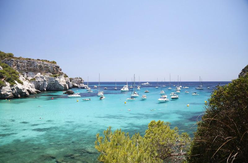 Menorca eau turquoise bateaux
