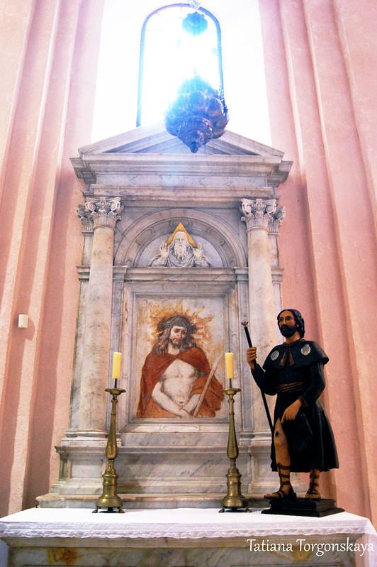 Южный алтарь с скульптурой Св. Рока