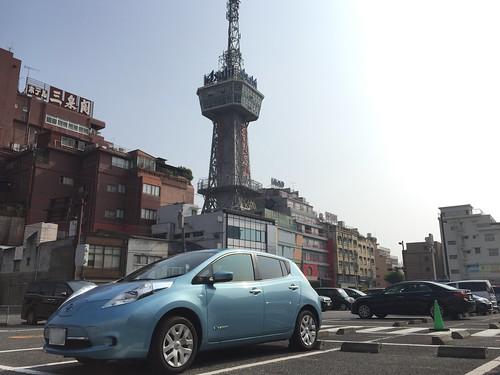 別府タワーと日産リーフ