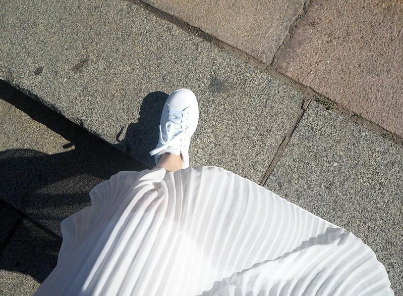 midiskirtstansmithP6246947,midiskirtoutfitP6247251, white pleated midi skirt, valkoinen vekkihame, skirt, hame, white, valkoinen, outfit, asu, riika, riga, fashion, muoti, zara, stan smith originals, adidas, gina tricot top, rebecca minkoff bag, blond hair, vekkihame, valkoinen hame, white skirt,