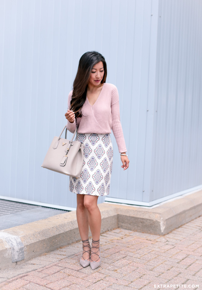 office style outfit idea pencil skirt gray prada bag