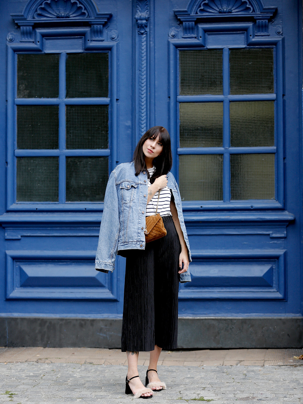 ootd outfit look lookbook denim style stripes ysl brown suede bag plissee pants zara furry sandals cats & dogs fashionblog ricarda schernus modeblogger germany berlin 4