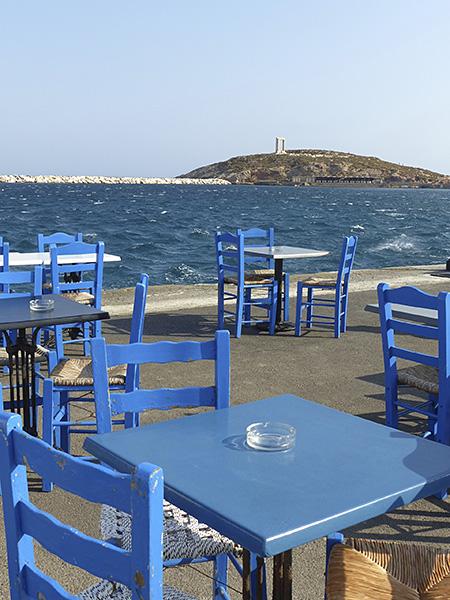 les tables de la taverne au bord de l'eau