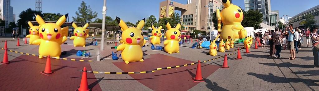 桜木町でピカチュウ大量発生中! ピカチュウも写真撮る人もたくさんいます!