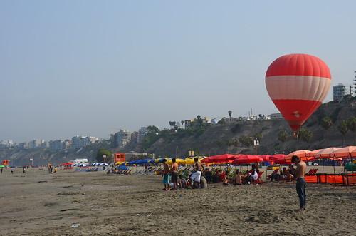 Der Strand von Chorillos mit roten Sonnenschirmen