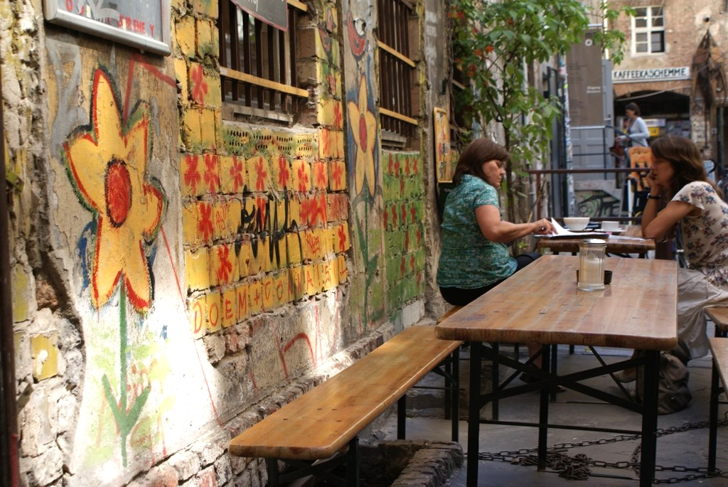 Café dans une cour du quartier de Scheunenviertel à Mitte, Berlin.