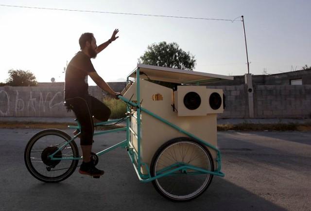 0001Reginald-Chapa'-solar-powered-cinema