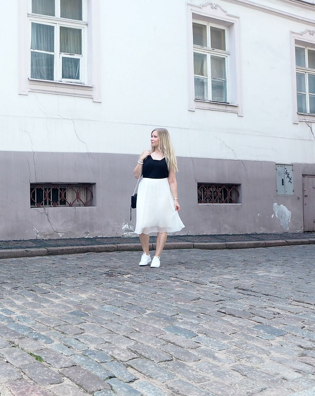 outfitpicriga2P6247075,midiskirtoutfitP6247251, white pleated midi skirt, valkoinen vekkihame, skirt, hame, white, valkoinen, outfit, asu, riika, riga, fashion, muoti, zara, stan smith originals, adidas, gina tricot top, rebecca minkoff bag, blond hair, vekkihame, laskostettu hame, musta toppi, vaaleapunainen street, pastel street. vanhakaupunki, old town, riga, riika, latvia, riian vanhakaupunki, cute streets, alley, baltian maa, baltic countries, matkustus, travel, outfit, asu