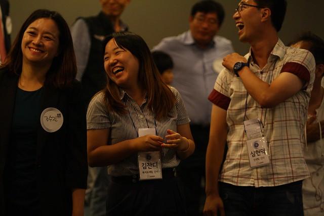 웃는 참석자들